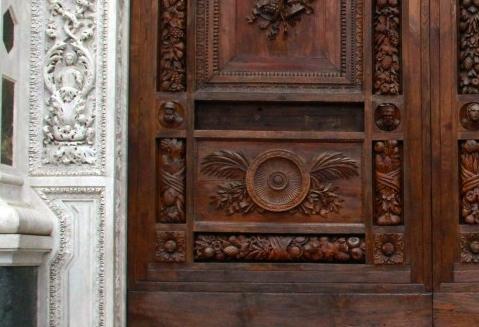Ritrovata la formella trafugata dal portone di Santa Croce a Firenze