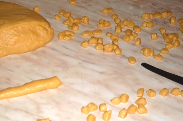 ricetta-struffoli-napoletani-morbidi-impasto-tagliati-a-dadini