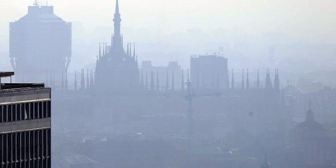 Emergenza smog Milano, 18 giorni stop alle auto