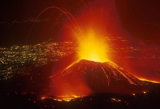 Etna, l'eruzione non si ferma, Reggio Calabria invasa dalla cenere
