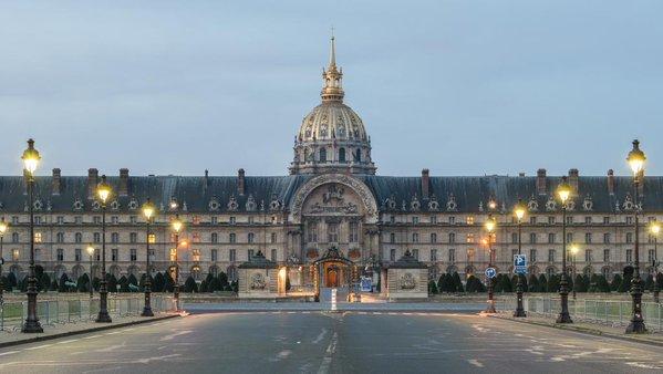 Parigi, uomo forza con auto ingresso Les Invalides
