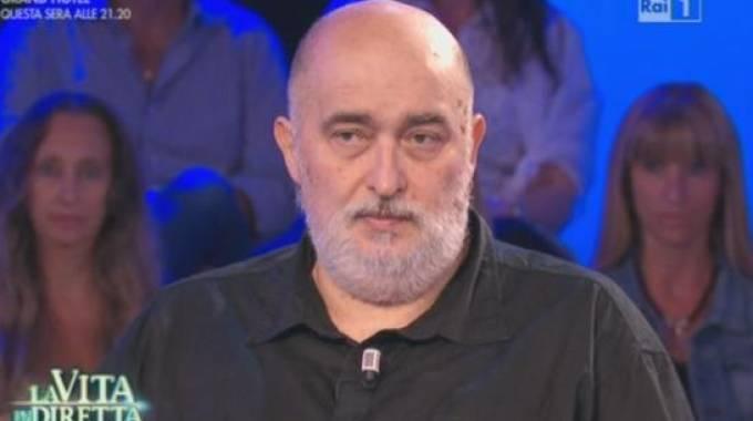 Versa 400 euro al mese alla madre dello stupratore di sua figlia