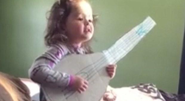 Bimba canta Hello di Adele: il video è virale su Facebook