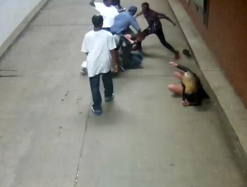 Difende la fidanzata da uno stupro (VIDEO)