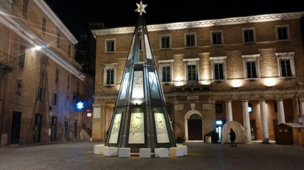 Sgarbi albero natale Urbino