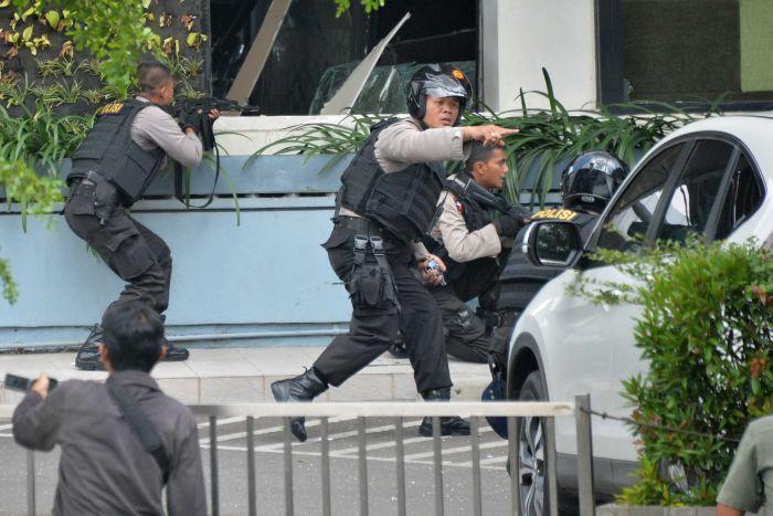 Giacarta sotto attacco terroristico, esplosioni e spari in centro