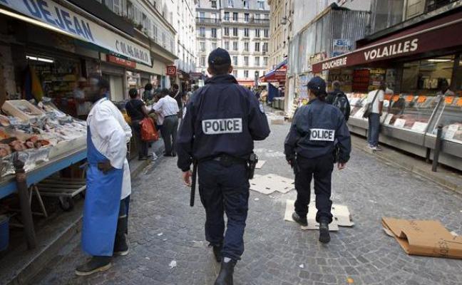 Parigi, ucciso attentatore islamico armato di cintura esplosiva