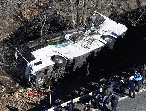 Giappone bus precipitato, 14 morti