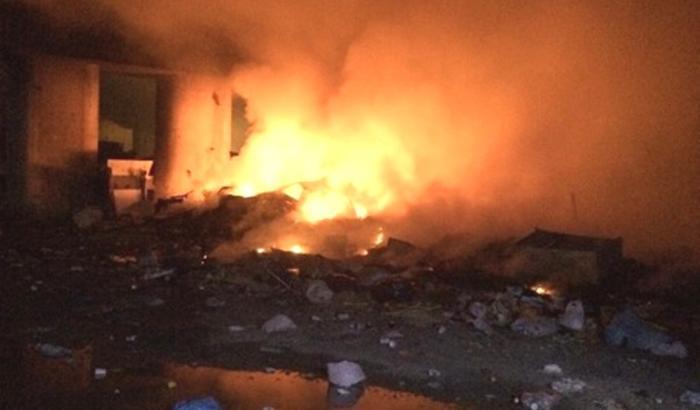 Napoli, incendio campo Rom a Scampia