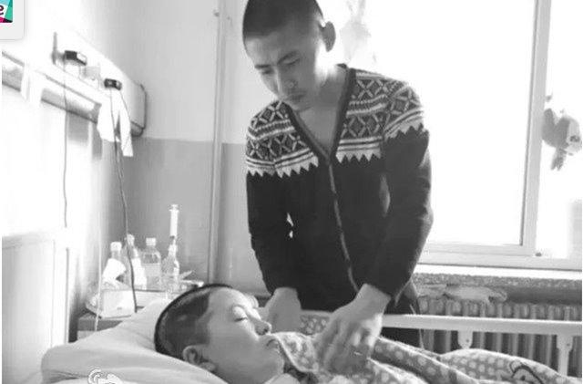 In questa foto Liu si prenda cura di Lin ancora in coma
