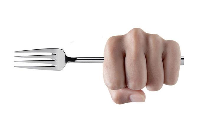 Benevento, colpisce e ferisce il compagno con una forchetta