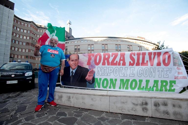 Berlusconi: attesa per intervento, sostenitore con bandiera