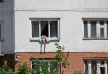 Russia, prende il sole nuda sul davanzale della finestra