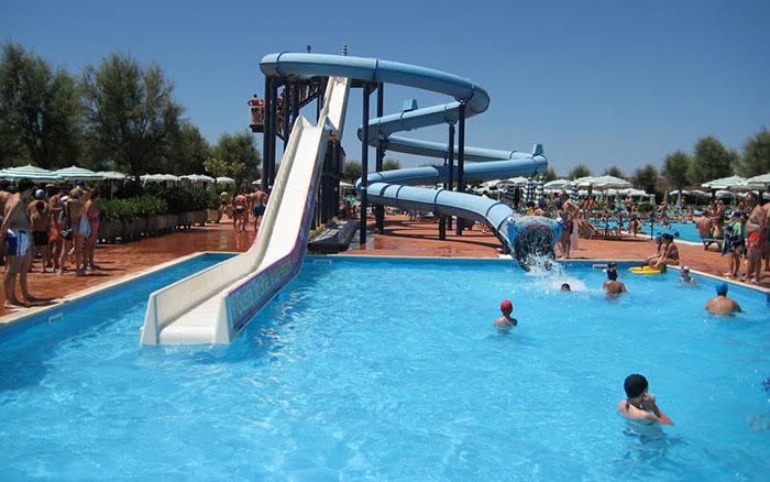 """Salerno, acquapark """"Isola Verde"""": 14enne stroncato da un infarto"""