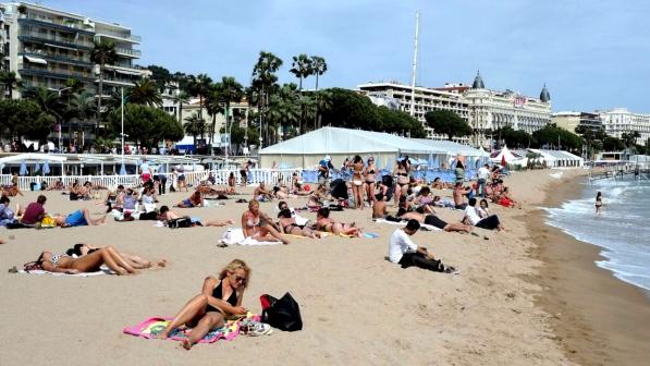 Francia, stato di allerta: vietati zaini e borsoni in spiaggia