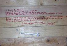 Messaggio scritto sotto la scrivania dal marito alla moglie
