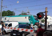 Brindisi: auto bloccato ad un passaggio a livello