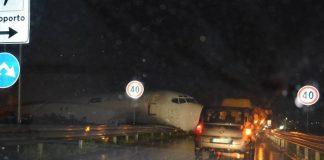 Bergamo, Orio al Serio: aereo atterra fuori pista e finisce in strada
