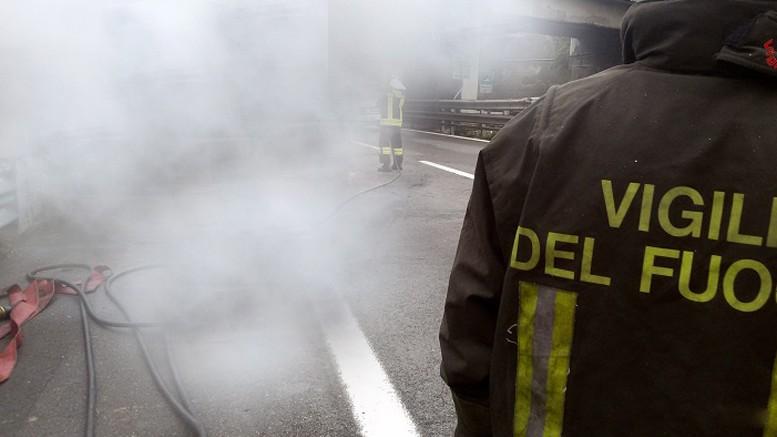 Incendio a Fuorigrotta: il fumo invade la carreggiata di via Cinthia