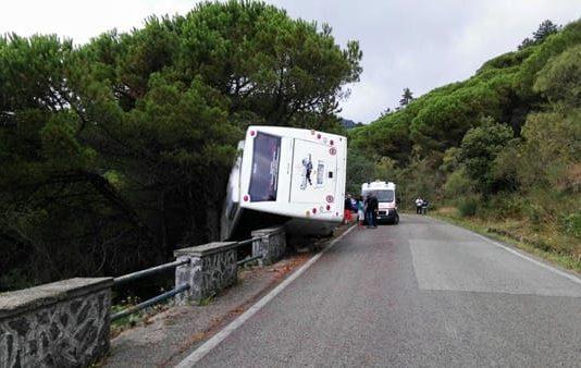 Incidente sul Vesuvio: autobus turistico in bilico con 35 turisti a bordo