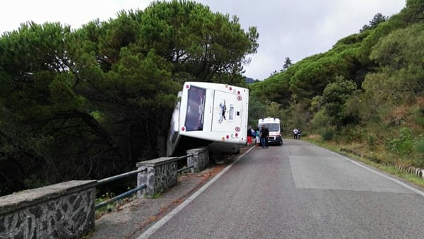 Incidente sul Vesuvio: autobus turistico in bilico con 35 turisti a bordo