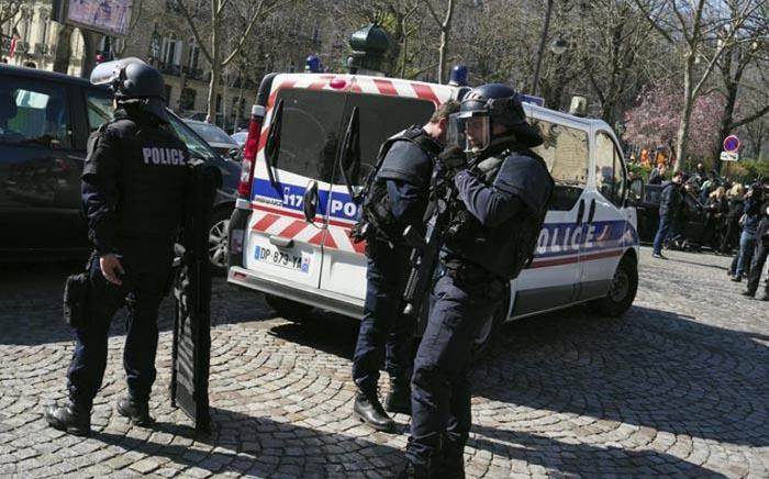 Parigi, auto travolge militare: paura attacco terroristico