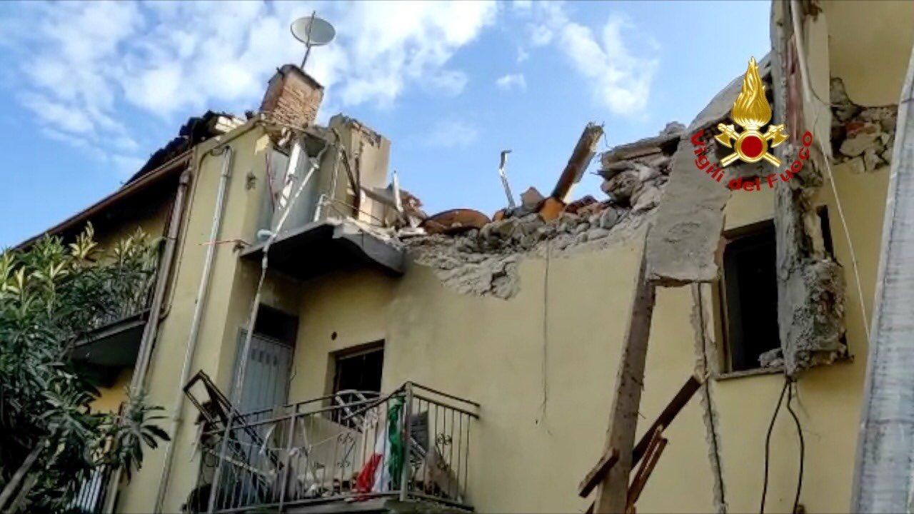 Torino, tremenda esplosione: crolla una palazzina